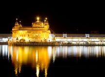 夜射击了金黄寺庙Harmandir Sahib在阿姆利则,旁遮普邦印度 图库摄影