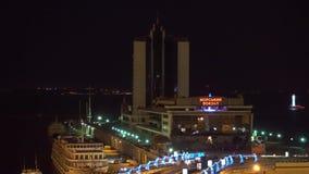 夜小游艇船坞的顶视图 可看见的马达船,大厦,有启发性烽火台 股票视频