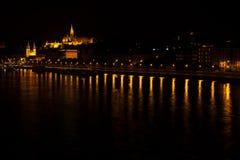 夜少量在渔夫` s从Dunabe河,布达佩斯,匈牙利的边的本营和圣马赛厄斯教会 图库摄影