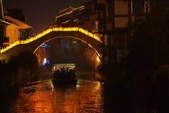 夜巡航在桥梁下 库存照片
