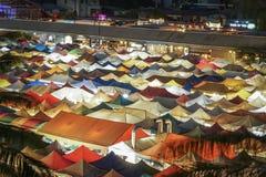 夜市五颜六色的屋顶  免版税库存照片