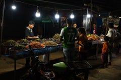夜市场和卖食物的高棉人 库存图片