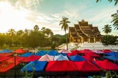 夜市场和寺庙在琅勃拉邦,老挝 图库摄影