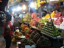 夜市场在金边-柬埔寨的首都 免版税库存照片