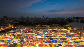 夜市场鸟瞰图多个颜色屋顶 免版税库存图片