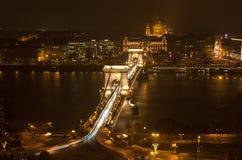 夜布达佩斯,匈牙利 铁锁式桥梁和圣斯蒂芬的大教堂,看法从上面 免版税图库摄影