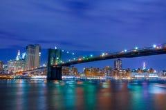 夜布鲁克林大桥和曼哈顿 图库摄影