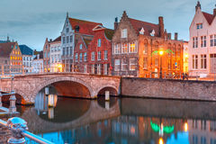 夜布鲁日运河和桥梁,比利时 免版税库存照片