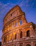 夜建筑学的罗马罗马斗兽场在罗马市中心 免版税图库摄影