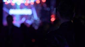夜总会大气、人摄制录影在电话和挥动的手在音乐会 影视素材