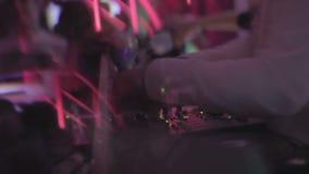 夜总会大气,扭转控制, clubbers的DJ享受音乐,夜生活 股票视频