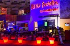 夜总会小菩萨在普遍的购物和娱乐区纳马在晚上光, Sharm El谢赫,埃及咆哮 免版税库存照片