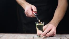 夜总会生活 侍酒者放火对鸡尾酒,在酒精饮料,180个每秒传输帧数,男服务员的灼烧的桂香做 股票录像