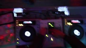夜总会的Dj的甲板 从上面射击的低帧率 影视素材