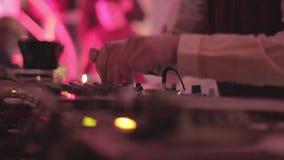 夜总会,转动的唱片,演奏迪斯科集合的dj的手 股票视频