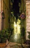夜拉古萨镇街道视图,西西里岛,意大利 免版税库存图片