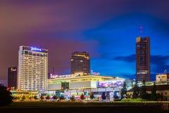 夜拉迪森蓝色旅馆和购物中心维尔纽斯晚上视图  图库摄影