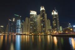 迪拜小游艇船坞现代都市风景在晚上 免版税库存照片