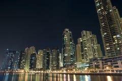 迪拜小游艇船坞现代都市风景在晚上 库存照片