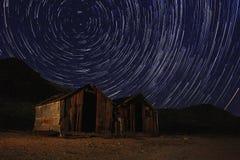 夜曝光天空的星足迹在死亡谷加利福尼亚 库存照片