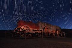 夜曝光天空的星足迹在死亡谷加利福尼亚 免版税库存图片
