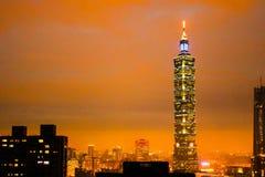 夜最高的台北101大厦Ornage在台湾 库存图片