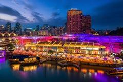夜标志和酒吧在新加坡 库存图片