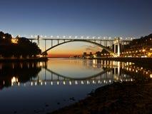 夜桥梁波尔图葡萄牙 免版税库存图片