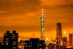 夜橙色最高的台北101大厦在台湾 免版税库存图片