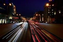夜汽车通行在莫斯科的中心 免版税图库摄影