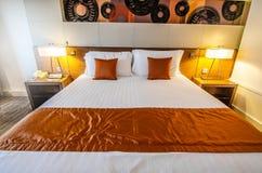 夜灯和卧具安排在旅馆客房 免版税图库摄影