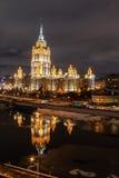 夜照明的乌克兰旅馆拉迪森皇家旅馆 免版税库存照片
