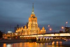 夜照明的Novoarbatsky桥梁和乌克兰旅馆拉迪森皇家旅馆,莫斯科 免版税库存照片