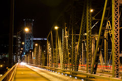 夜照明设备桁架桥结构 免版税图库摄影