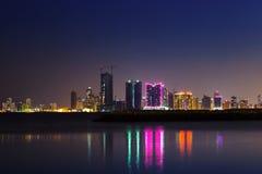 夜现代城市地平线在晚上,麦纳麦,巴林 免版税库存照片