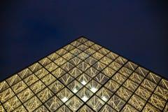 夜用望远镜金字塔在深蓝天空背景,巴黎,法国中 库存图片