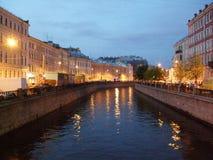 夜的河反射点燃灯圣彼德堡 免版税图库摄影
