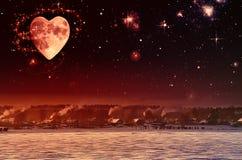 夜空和月亮vvide心脏 在寒冷的村庄 免版税图库摄影