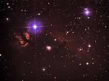 夜空担任主角在telesocpe几小时朝向并且发火焰星云的猎户星座星座的observig 库存照片