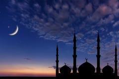 夜空清真寺剪影,新月形月亮担任主角,赖买丹月Kareem 免版税库存图片