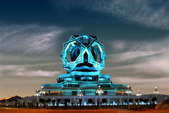 夜空的美丽的宫殿作为背景。拉什哈巴德。土耳其人 免版税库存照片