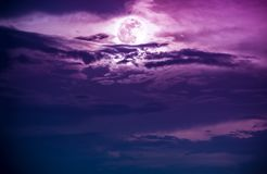 夜空风景与美丽的满月,平静自然的 免版税库存照片