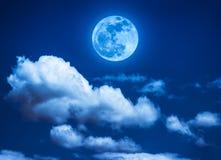 夜空风景与美丽的满月,平静自然的 库存照片