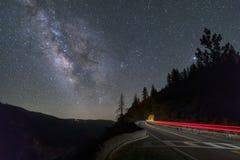夜空高速公路-大橡木平的路,优胜美地 免版税库存照片