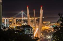 夜符拉迪沃斯托克的索桥 免版税库存照片
