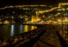 夜老城市的视图图象在海附近的有古老城堡、房子和石墙风景的在光之间从阿拉尼亚安塔利亚Turke 免版税库存照片
