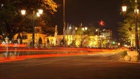 夜街道和烟花 免版税库存图片
