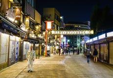 夜街道在东京,日本 免版税库存照片