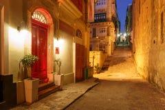 夜街道在瓦莱塔,马耳他老镇  免版税库存照片