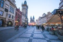 夜街道布拉格18日2016年在布拉格 免版税库存照片